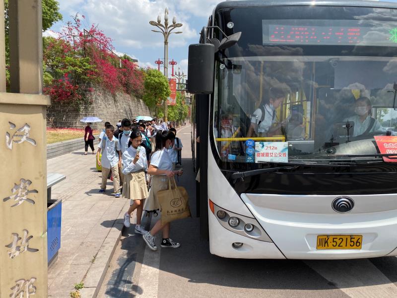 内江开学季  公交暖人心