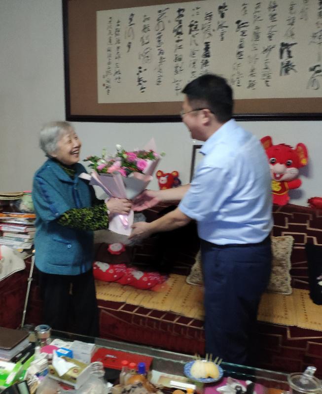 教师节,桃李情 内江市中区教育和体育局领导走访慰问内江二幼退休教师