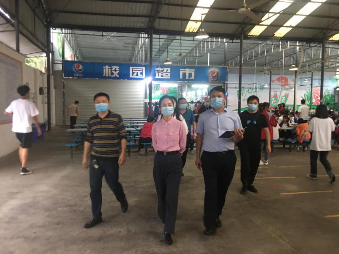 内江高新区党工委副书记、管委会主任余梅带队检查学校食品安全