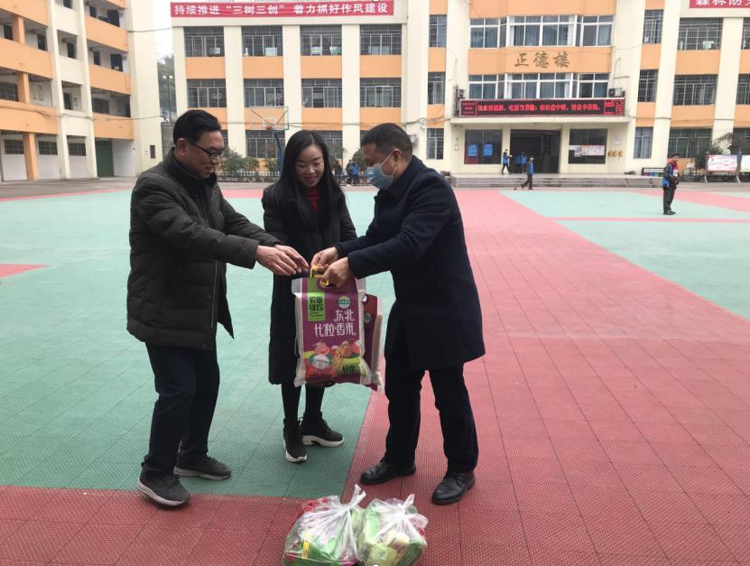 区教科局领导到达川区百节中心学校看望慰问教师