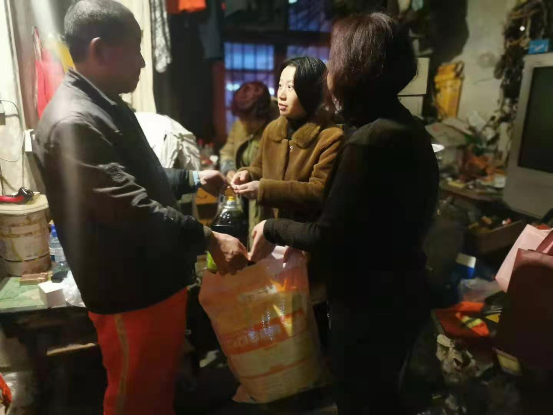 内江市中区文英街社区党委开展春节走访慰问活动