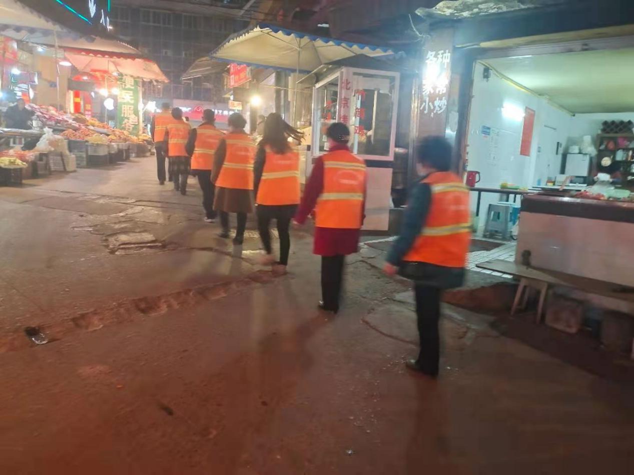 内江市中区交通路社区党委组织11网联委开展夜巡工作
