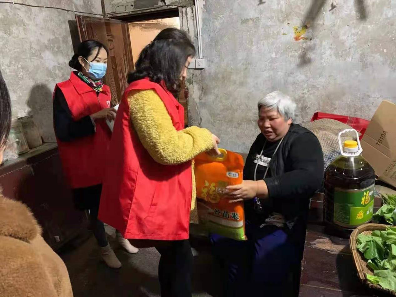 内江供电公司文英街社区党委三八妇女节慰问残疾妇女