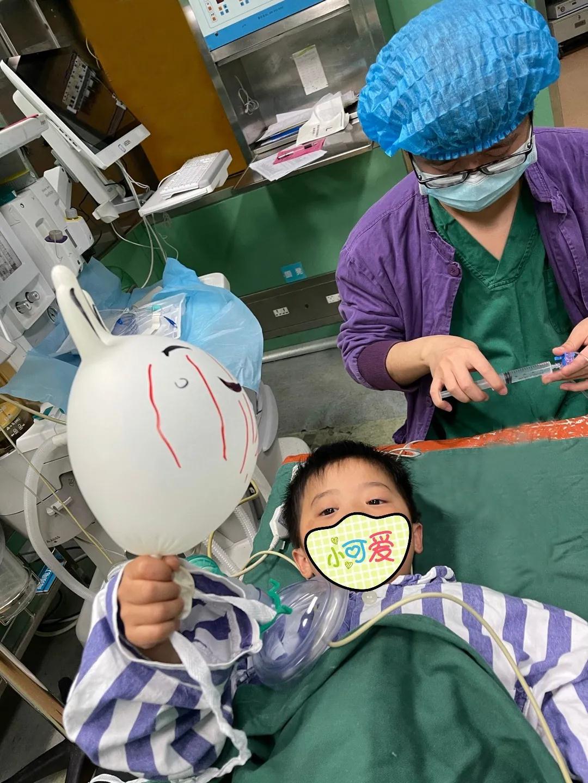 太有爱了!巴中市中心医院手术室医生护士为小患者吹气球画漫画