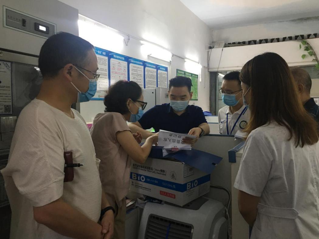 内江市监局党组书记、局长万伟带队调研高新区新冠疫苗接种和试剂运营工作